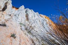 De output van limy rotsen van organische oorsprong dichtbij de rivier Weste royalty-vrije stock foto