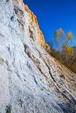 De output van limy rotsen van organische oorsprong dichtbij de rivier Weste stock foto's
