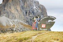 20 de outubro 2016 Assine com o logotipo de Val Gardena Valley na estrada, visto de Passo Sella Fotos de Stock Royalty Free