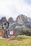 20 de outubro de 2016 Assine com o logotipo de Val Gardena Valley na estrada, visto de Passo Sella Imagem de Stock