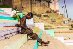 31 de outubro de 2014: Homem nos bancos de Varanasi, Índia Imagem de Stock
