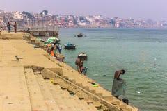 31 de outubro de 2014: Homens novos que banham-se no rio de Ganga do th em Varanasi, Índia Foto de Stock Royalty Free