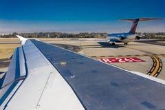 29 de outubro de 2016 - ideia da asa do avião do plano que descola do aeroporto Foto de Stock Royalty Free