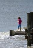 8 de outubro de 2015: Menina que está acima de uma praia de Oceano Atlântico Fotografia de Stock
