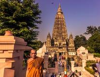 30 de outubro de 2014: Monge pelo templo budista de Mahabodhi no corpo Fotos de Stock Royalty Free