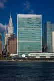 24 de outubro de 2016 - NEW YORK - skyline do Midtown Manhattan vista do East River que mostra a construção de Chrysler e o N uni Imagens de Stock