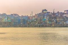 31 de outubro de 2014: Panorama da cidade santa hindu de Varanasi, Índia Fotografia de Stock Royalty Free