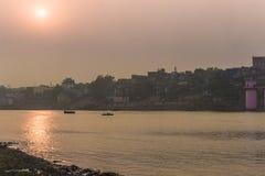 31 de outubro de 2014: Por do sol em Varanasi, Índia Fotografia de Stock Royalty Free
