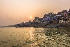 31 de outubro de 2014: Por do sol em Varanasi, Índia Fotografia de Stock