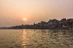 31 de outubro de 2014: Por do sol em Varanasi, Índia Imagem de Stock