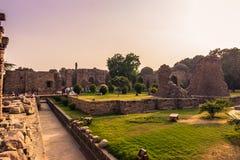 27 de outubro de 2014: Ruínas do Qutb Minar em Nova Deli, Índia Imagens de Stock Royalty Free