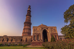27 de outubro de 2014: Ruínas do Qutb Minar em Nova Deli, Índia Fotos de Stock Royalty Free