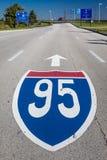 15 de outubro de 2016 - sinal de estrada 95 de um estado a outro - aeroporto internacional de partida de Philadelphfia - pintado  Imagem de Stock Royalty Free