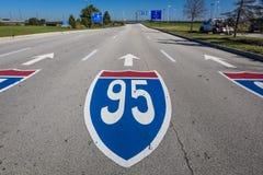 15 de outubro de 2016 - sinal de estrada 95 de um estado a outro - aeroporto internacional de partida de Philadelphfia - pintado  Imagens de Stock Royalty Free