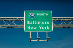 28 de outubro de 2016 sinal de estrada 95 de um estado a outro que dirige motoristas a New York ou a Baltimore, DM Foto de Stock Royalty Free