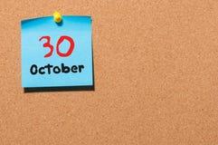 30 de outubro Dia 30 do mês, calendário da etiqueta da cor no quadro de mensagens Autumn Time Espaço vazio para o texto fotos de stock royalty free