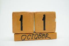 11 de outubro Dia 11 do mês, calendário de madeira feito a mão isolado no fundo branco mês do outono, dia do conceito do ano imagens de stock