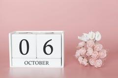 6 de outubro Dia 6 do m?s Cubo do calend?rio no fundo cor-de-rosa moderno, no conceito do neg?cio e em um evento importante imagem de stock