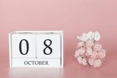 8 de outubro Dia 8 do m?s Cubo do calend?rio no fundo cor-de-rosa moderno, no conceito do neg?cio e em um evento importante fotos de stock
