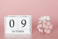 9 de outubro Dia 9 do m?s Cubo do calend?rio no fundo cor-de-rosa moderno, no conceito do neg?cio e em um evento importante imagens de stock royalty free