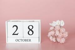 28 de outubro Dia 28 do m?s Cubo do calend?rio no fundo cor-de-rosa moderno, no conceito do neg?cio e em um evento importante imagem de stock royalty free