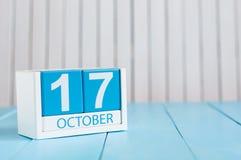 17 de outubro Imagem do calendário de madeira da cor do 17 de outubro no fundo branco Dia do outono Espaço vazio para o texto Fotos de Stock Royalty Free