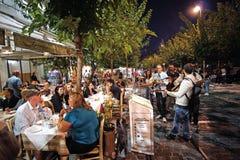 7 DE OUTUBRO DE 2018 rua perto do Partenon na noite fotos de stock
