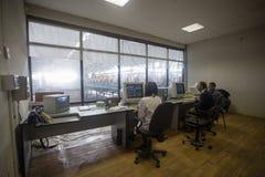 10 de outubro de 2014 ucr?nia kiev Indústria e povos do assunto no trabalho Os Caucasians na sala de comando da fábrica estão mon imagens de stock