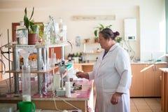 14 de outubro de 2014 ucr?nia Kyiv Mulher de meia idade caucasiano em um revestimento branco no laborat?rio qu?mico Um especialis fotografia de stock