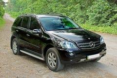 21 de outubro, 201 Zhitomir - Ucrânia Mercedes na floresta fotos de stock