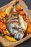De oven bakte gehele overzeese brasemvissen met groenten royalty-vrije stock foto