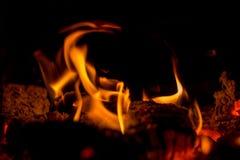 In de oven brandt een heldere brand, het ` s aardig om door de haard te zitten Stock Afbeelding