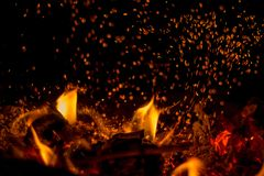 In de oven brandt een heldere brand, het ` s aardig om door de haard te zitten Royalty-vrije Stock Fotografie