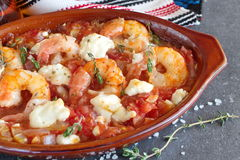 De oven steunde garnalen met feta, tomaat, paprika, thyme in een traditionele ceramische vorm op een abstracte achtergrond Het ge Royalty-vrije Stock Foto's