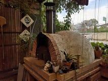 De oven van de baksteenpizza, Kokende Italiaanse pizza in een baksteenoven stock afbeelding