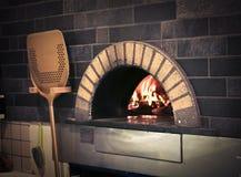 De oven van de pizza stock afbeeldingen