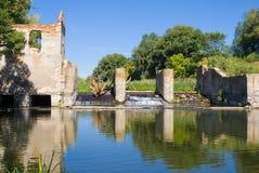 De overblijfselen van de oude dam Stock Fotografie