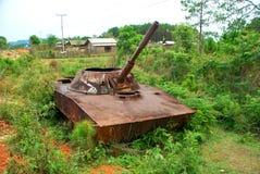 De overblijfselen van een gebombardeerde uit Russische tank in noordelijke Loas Stock Afbeeldingen