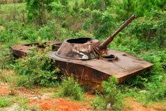 De overblijfselen van een gebombardeerde uit Russische tank in noordelijke Loas Stock Afbeelding