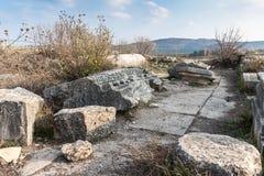 De overblijfselen van de kolommen op de ruïnes van de vernietigde die Roman tempel, in de versterkte stad op het grondgebied van  stock fotografie