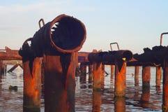 De overblijfselen van de ligplaats in het water royalty-vrije stock fotografie
