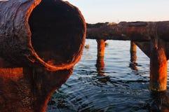 De overblijfselen van de ligplaats in het water royalty-vrije stock foto's