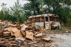 De overblijfselen van oude roestige bus, die met hout en brandhout van brandstof worden voorzien royalty-vrije stock foto
