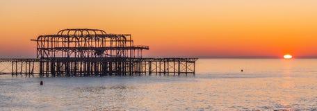 De overblijfselen van vroeger Brighton Pier stock afbeeldingen