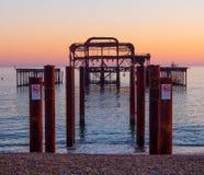 De overblijfselen van vroeger Brighton Pier stock foto's