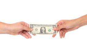 De overdracht van geld van hand aan handen stock afbeeldingen