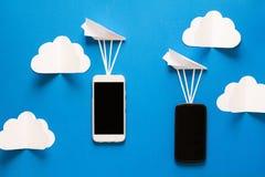 De overdrachtconcept van gegevens Bericht het overgaan Twee mobiele smartphones en document vliegtuigen Stock Foto's