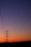 De overdrachtlijnen en pylonen van de elektriciteit Stock Afbeeldingen