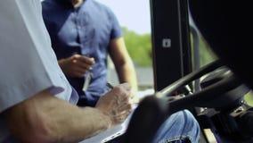 De overeenkomst van het landbouwersteken over het kopen van tractor en ontvangen sleutels van verkoper stock videobeelden