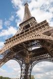 De overgehelde Toren van Eiffel van eronder royalty-vrije stock foto's